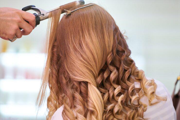 kvinde hos frisør